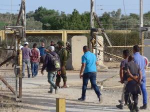 Soldaten kontrollieren die Bauern in Deir al-Ghussun