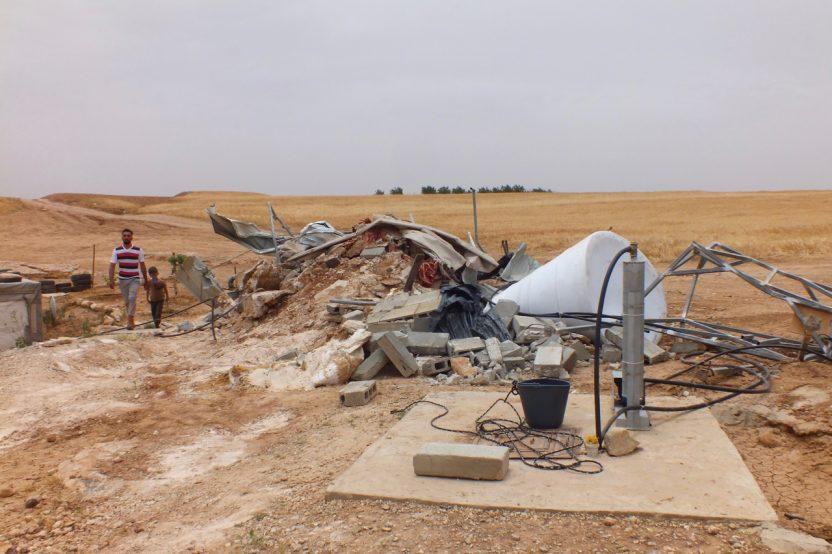 Mirkez: Haus und Wassertank wurden durch das israelische Militär zerstört. Die Solarpanele wurden beschlagnahmt. Für Palästinenser im C-Gebiet ist es fast unmöglich, Baugenehmigungen zu erhalten. Illegales Bauen ist daher an der Tagesordnung und der Abriss des Hauses ein Risiko, mit dem die Menschen leben.