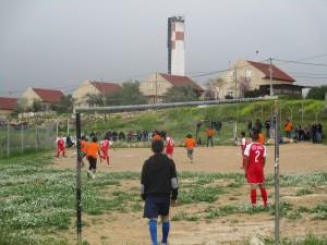 Das Spielfeld grenzt direkt an die Siedlung Karmel