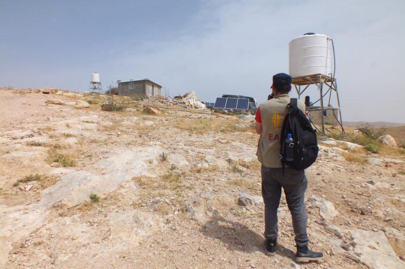 Halaweh: Ein EAPPI Teilnehmender dokumentiert eines der zerstörten Gebäude. Bei diesem Hof blieben die Solarpanele unangetastet.
