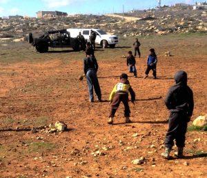 Die Kinder spielen unbeirrt auf dem provisorischen Fußballfeld