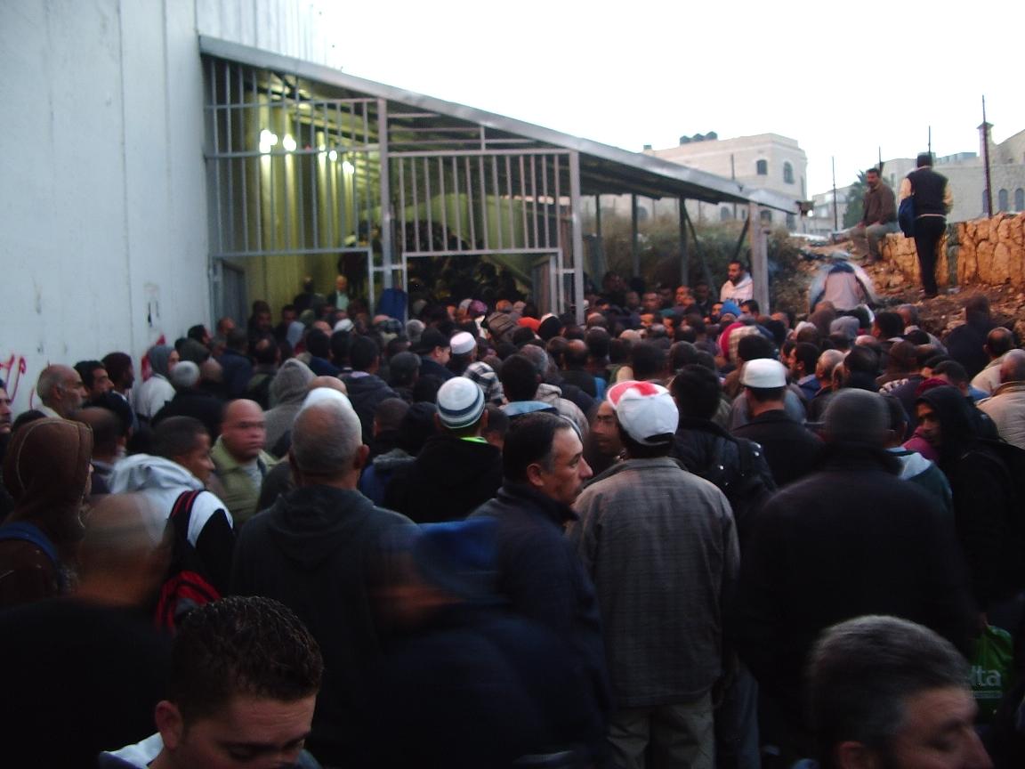 Schon am frühen Morgen warten hunderte Menschen vor dem Checkpoint auf Einlass