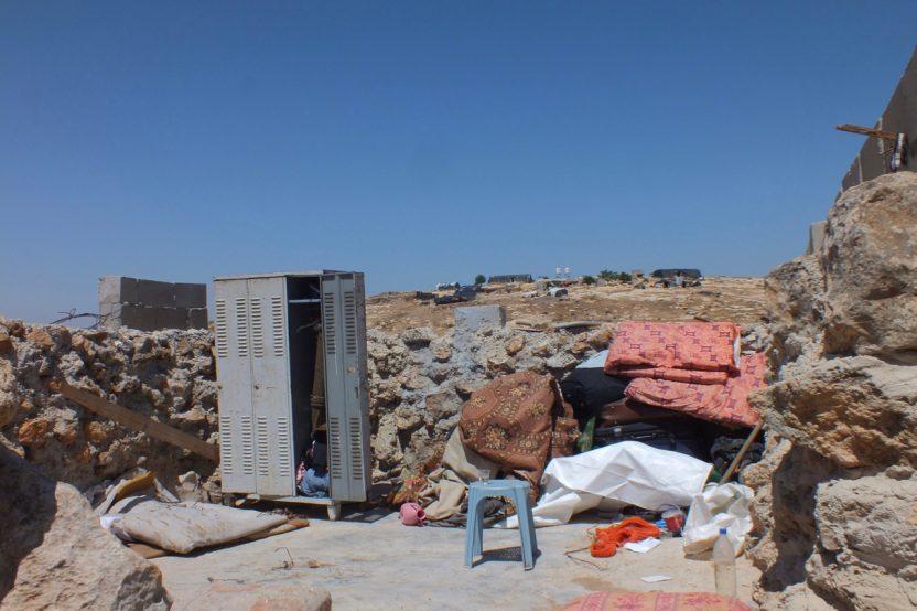 Susiya: Hier lebten bis vor kurzem Menschen. Auch die behelfsmäßige Plane, die als Dach diente, wurde konfisziert.