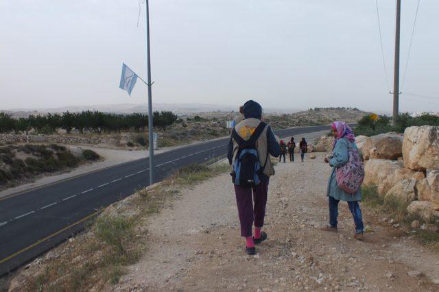 Khallet Al Fouran: Eine Teilnehmende des Ökumenischen Begleitprogramms in Palästina und Israel (EAPPI) begleitet Schulkinder auf ihrem Weg zur Schule in Birin. Die Schulwegbegleitung wurde aufgrund von Spannungen mit israelischen Siedlern durch die Eltern aus Khallet Al Fouran angefragt.