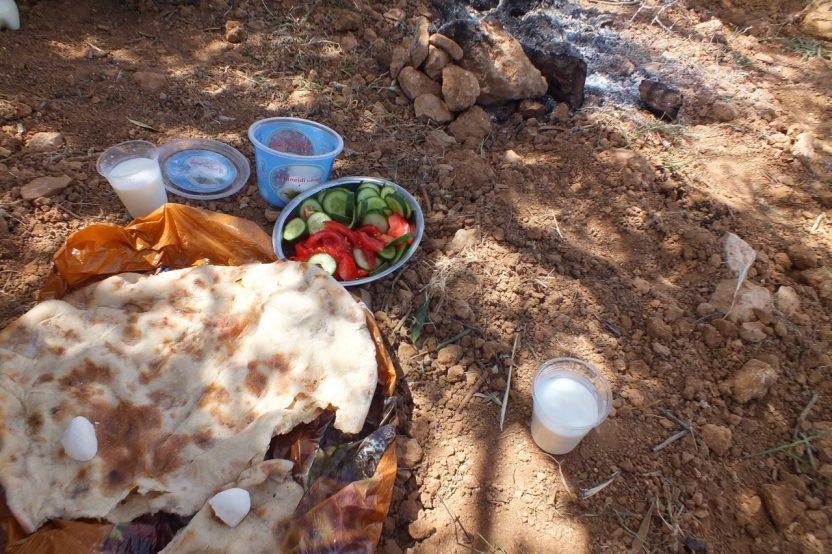 Qawawis: Zur schützenden Präsenz auf der Schafweide gehört auch die gemeinsame Brotzeit.
