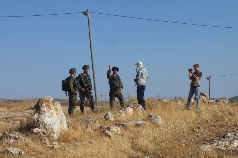 Susiya: Obschon der palästinensische Schäfer sich auf Land im Besitz seiner Familie befindet, wird er vom israelischen Militär angewiesen, den Platz zu verlassen. Er soll mindestens 100 Meter Abstand halten zur israelischen Siedlung Suseya.