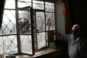 Naamen Daana zeigt uns die eingeworfene Fensterscheibe in seinem Schlafzimmer