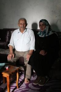 Manal und ihr Vater Naamen Daana im Haus der Familie im Wadi al-Hussein