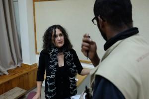 Nomika Zion im Gespräch mit einem Ökumenischen Begleiter (Foto EA Svanberg)