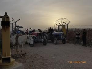 Bauern warten am Landwirtschafts-Checkpoint in Attil