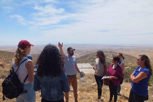 """Tagestour durch die südlichen Hebronberge mit """"Breaking the Silence"""": die israelische Organisation sammelt Zeugnisse von Soldaten und Soldatinnen, die in den besetzten palästinensischen Gebieten gedient haben. Als Zeitzeugen berichten sie aus dem militärischen Alltag und brechen ein Tabu: sie kritisieren die Besatzung und fordern ihr Ende."""