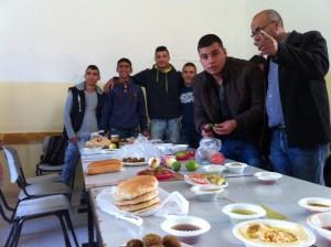 Die Schüler bei der Vorbereitung unsseres gemeinsamen Frühstücks