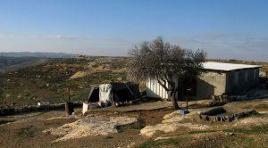 Das Haus von Abu und Umm Nasser, im Hintergrund der Gedenkort