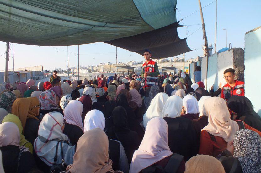 Qalandia: Während des Ramadan passieren tausende Menschen diesen Checkpoint auf dem Weg zum Freitagsgebet in Jerusalem. Im Bild das Zugangstor für Frauen.