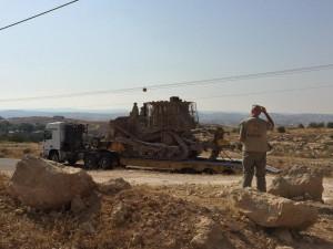 Im Juli 2015 fahren Bulldozer am Dorf Susiya vor