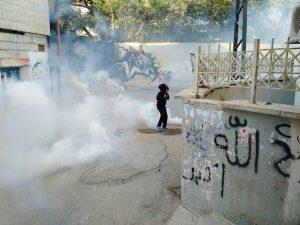 Junge im Tränengas