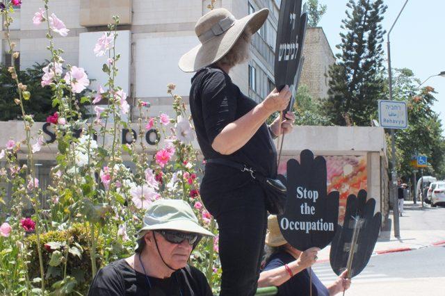 """Westjerusalem: Seit über 30 Jahren halten die """"Frauen in Schwarz"""" wöchentliche Mahnwachen ab und fordern ein Ende der Besatzung."""