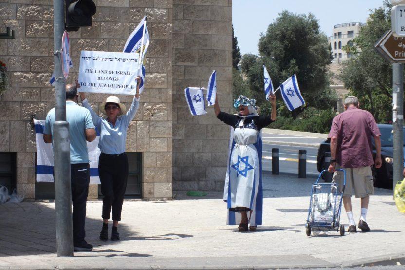 """Westjerusalem: Gegendemonstration zur Mahnwache der """"Frauen in Schwarz"""" an der gleichen belebten Kreuzung."""