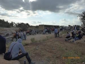 Bauern warten auf die Öffnungs des Landwirtschafts-Checkpoints in Deir al-Ghussun