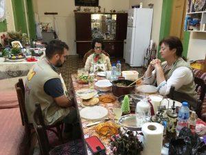 Afaf schließt uns in ihr Tischgebet ein; @EAPPI