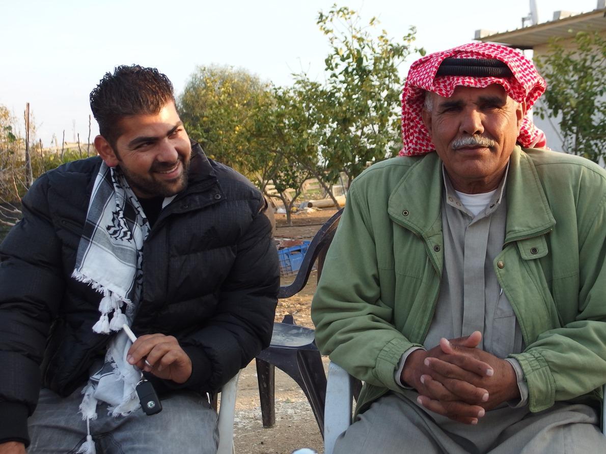Abu Faisal (rechts) erwirtschaftet den Lebensunterhalt für seine Familie mit Tierhaltung