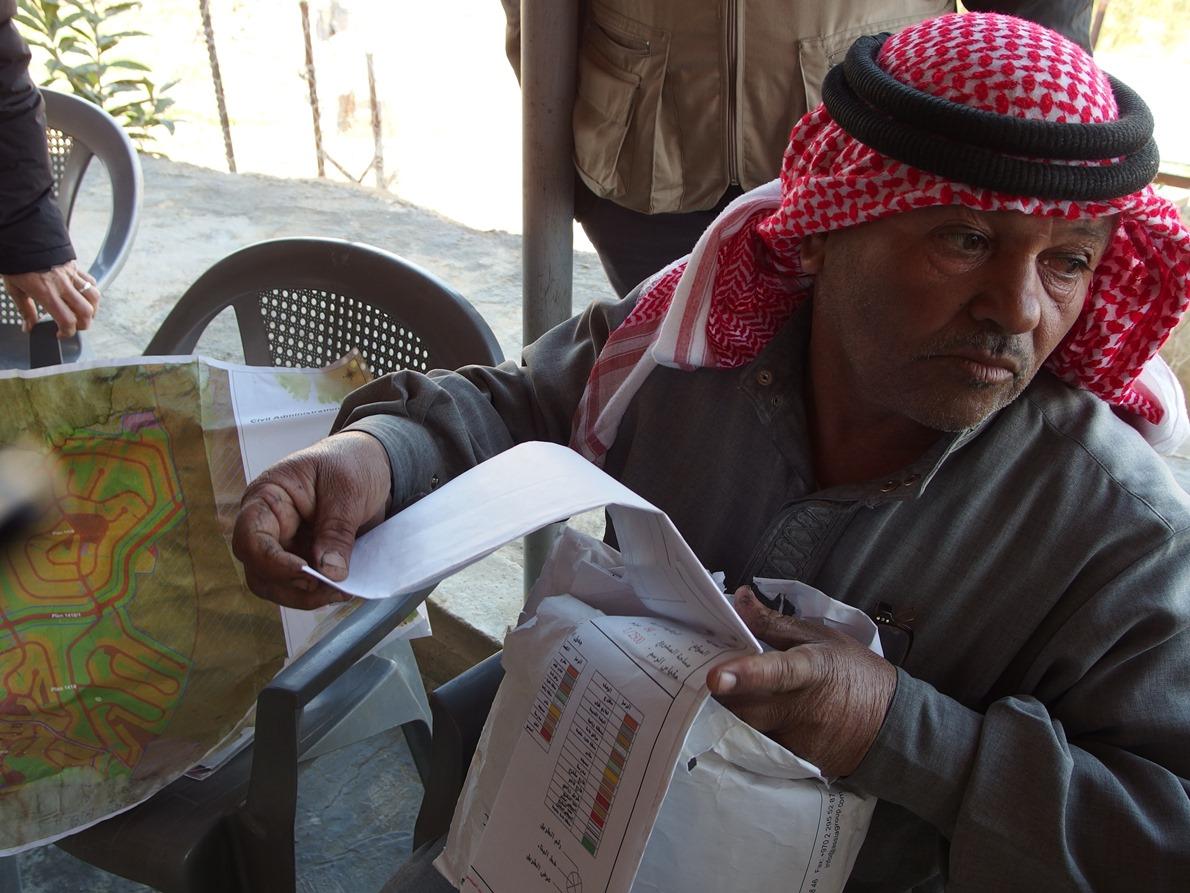 Abu Ismail mit dem Plan für die Umsiedlungen