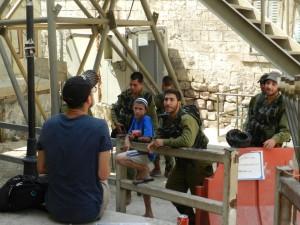 Achiya im Gespräch mit Soldaten an einem Checkpoint in Hebron