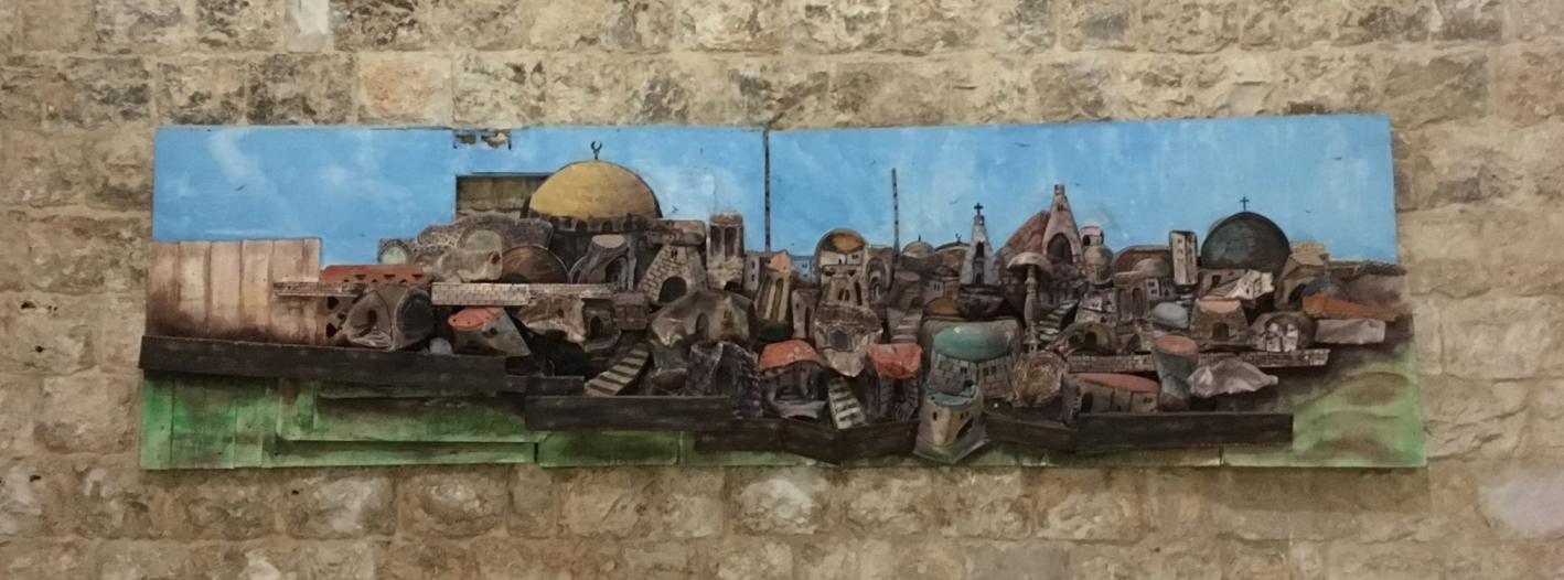 Wandbild im Women's Development Center von Anabta. Dargestellt ist die Sicht auf die Altstadt von Jerusalem vom Ölberg, einschließlich Felsendom, Erlöserkirche und Grabeskirche (hergestellt aus Fundstücken vom Straßenrand; Künstler: Alaa Rosol Ganem, Tulkarm); Foto © EAPPI