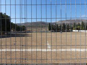 Fußballfeld der Jungenschule in Burin, auf den Hügelkuppen im Hintergrund liegen Siedlungen und Außenposten; © EAPPI
