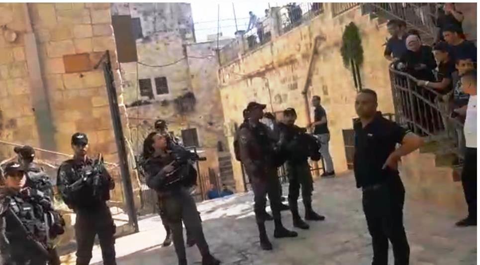 Israelische Sicherheitskräfte auf dem Gelände der Dar-al-Aytam-Schule vor Vizedirektor Bassam Khalil (rechts). Bildausschnitt Video © Dar-al-Aytam School