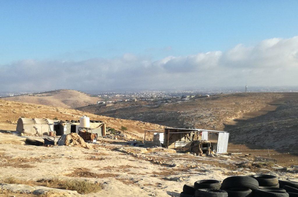 Das Grundstück der Bäuerin in den South Hebron Hills, auf dem gegenüberliegenden Hügel der Siedlungs-Außenposten; ©EAPPI