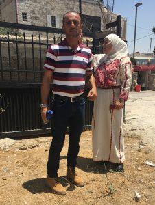 Der Hausbesitzer Abu Ahmad mit seiner Mutter