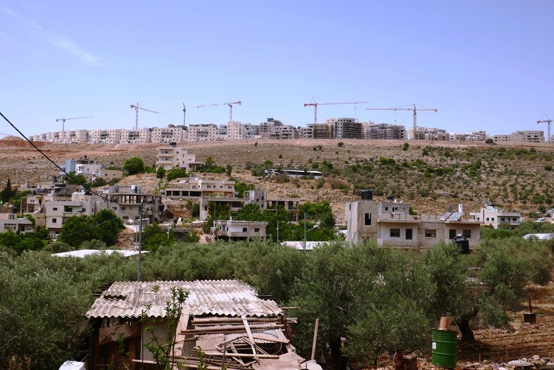 Das palästinensische Dorf Wadi Fukin, im Hintergrund der Ausbau der Siedlung Beitar Illit; Foto © EAPPI