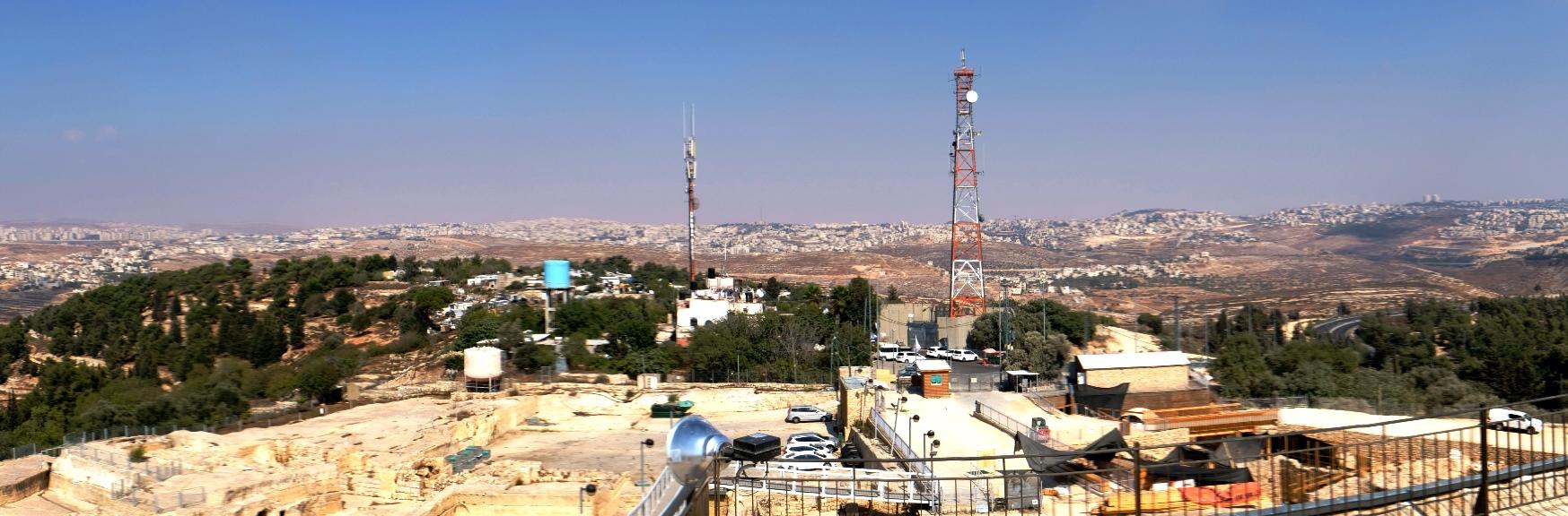 Die zwei Seiten von Nabi Samwil: Vorn die Grabungsstätte, hinten das aus Blechhütten und Verschlägen errichtete neue Dorf, dazwischen ein mit Kameras und Mikrofonen versehener israelischer Wachturm. Foto © EAPPI