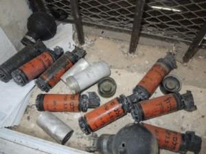 Überreste von Tränengas- und Knallgranaten, von Soldaten auf den Schulhof von Burin