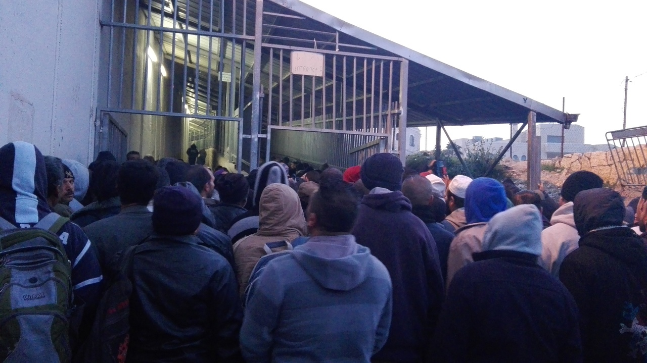Allmorgendliches Warten am Checkpoint; Foto © EAPPI