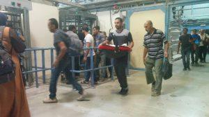 Mann mit Baby im Checkpoint 300 – nicht nur für Arbeiter ist der Checkpoint der einzige Durchgang nach Jerusalem, sofern sie eine Genehmigung der israelischen Behörden haben; Foto © EAPPI