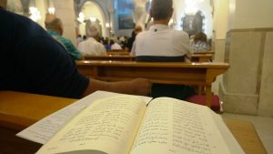 Gesangbuch in der Kirche der Heiligen Familie Ramallah, Foto @EAPPI