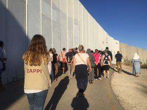 """EAs begleiten das """"Wall Prayer"""" an der Mauer in Bethlehem, Foto @EAPPI"""