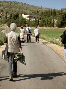Eine Ökumenische Begleiterin beobachtet bewaffnete Siedler*innen auf dem Weg nach Yanoun