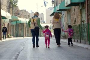 EAs begleiten Kinder auf dem Weg zur Cordoba Schule