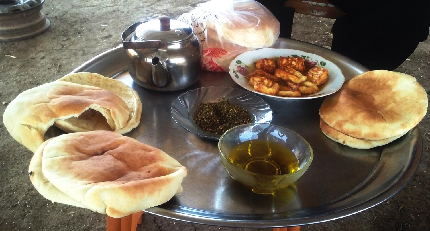 Tee, Zatar, Olivenöl, frisches Brot, Haloumi – alles wird geteilt. © EAPPI