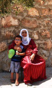 Großmutter mit Enkel, Familie ist für viele in Palästina das wichtigste © EAPPI