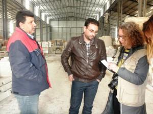 EAs m Gespräch mit Fares al Atrash (li.) und dem Besitzer einer Steinfabrik