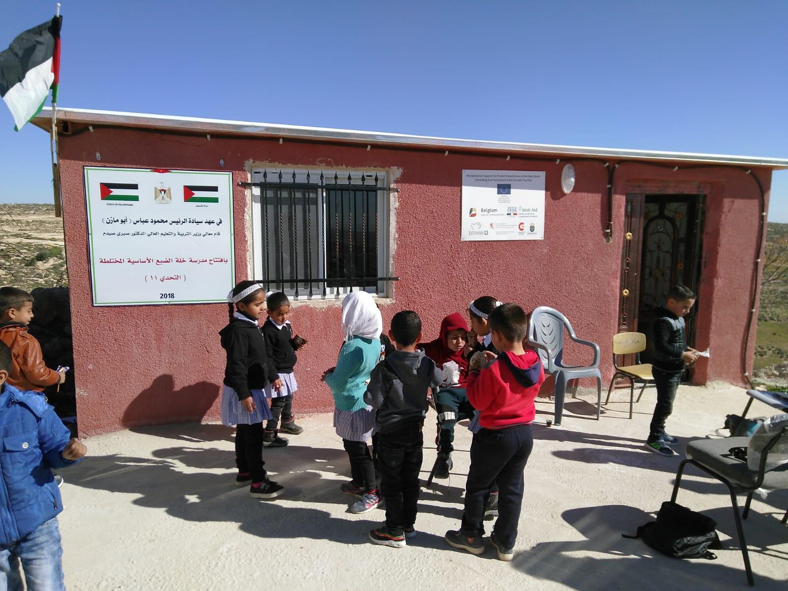Schüler*innen vor der von Abriss bedrohten Grundschule von Khallet Athaba; Foto © EAPPI
