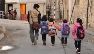 Ökumenischer Begleiter in Hebron mit Kindern auf dem Weg zur Schule