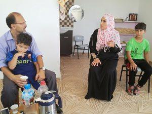 Hamed von der UN im Gespräch mit Amira vom Frauenkomitee in der Gesundheitsstation des Dorfes