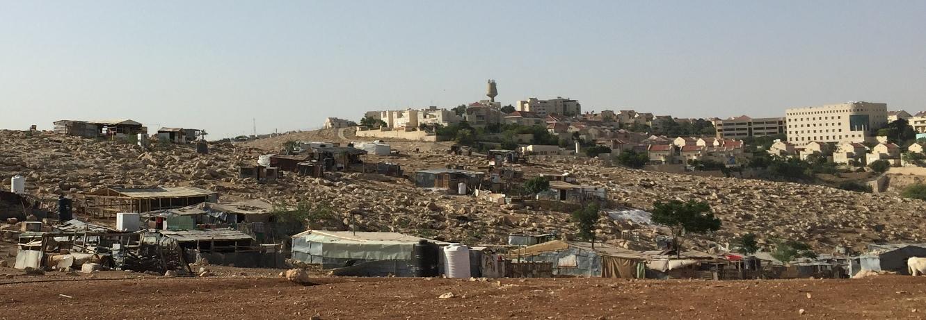 Die Beduinengemeinde Abu Nuwar, im Hintergrund Ma'ale Adumim, mit knapp 40.000 Einwohner*innen eine der größten illegalen israelischen Siedlungen in der Westbank