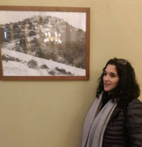 Shadia Sbeid vor einer Ansicht von Iqrit vor der Zerstörung; © EAPPI