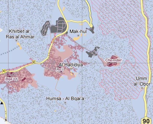 Karte © UNOCHA: Die palästinensische Gemeinde Mak-hul ist von mehreren Militärstützpunkten (grau), den Siedlungen Ro'i und Chemdat sowie von militärischem Sperrgebiet (graue Punkte) und israelischen Naturreservaten (rot gestreift) umgeben.